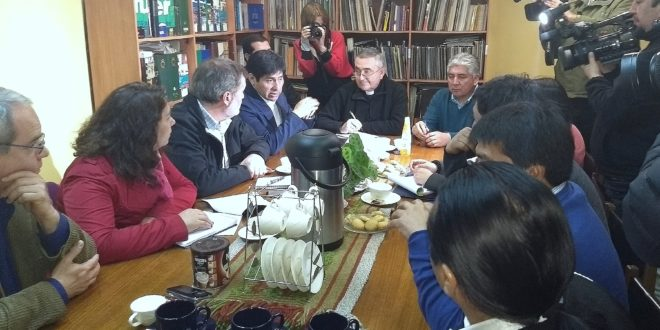 AUTORIDADES POLÍTICAS Y ECLESIÁSTICAS SE REÚNEN CON FAMILIARES DE COMUNEROS EN HUELGA DE HAMBRE